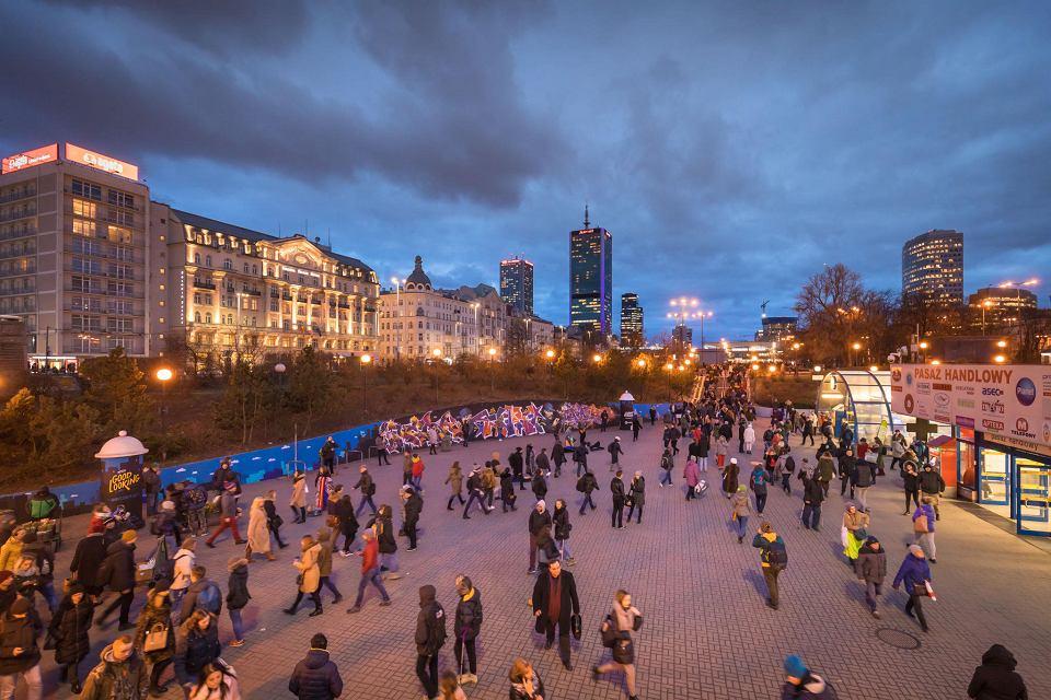 Zmierzch w Warszawie, patelnia przed stacją metra Centrum
