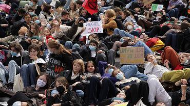 Protest Młodzieżowego Strajku Klimatycznego ''Wspólne działanie lub wspólne wymieranie'' na pl. Bankowym w Warszawie