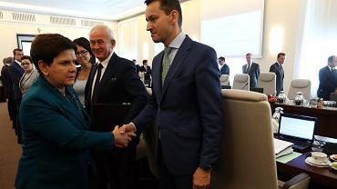 Posiedzenie rządu, wicepremier, minister finansów i rozwoju Mateusz Morawiecki wita się z premier Beatą Szydło