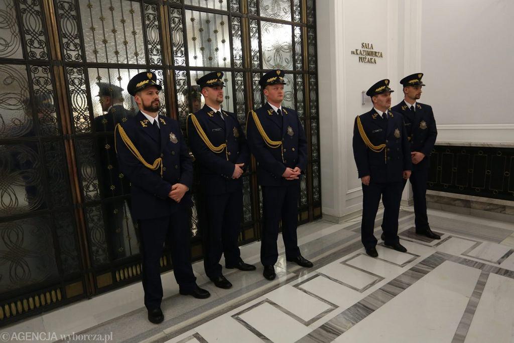 Straż marszałkowska pilnuje wejścia do Sali Kolumnowej, gdzie trwa posiedzenie Sejmu, po tym jak posłowie opozycji zablokowali mównicę w Sejmie, 16 grudnia 2016.