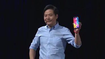 CEO Xiaomi, Lei Jun prezentuje nowy telefon