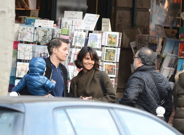 Please Hide The Childs Face Prior To The Publication - Olivier Martinez and Halle Berry with their son Maceo strolling in Paris, France, on December 20, 2014. NO CREDIT a3