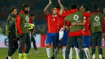 Chile - Peru 2:1. Radość Chilijczyków, w środku Eduardo Vargas