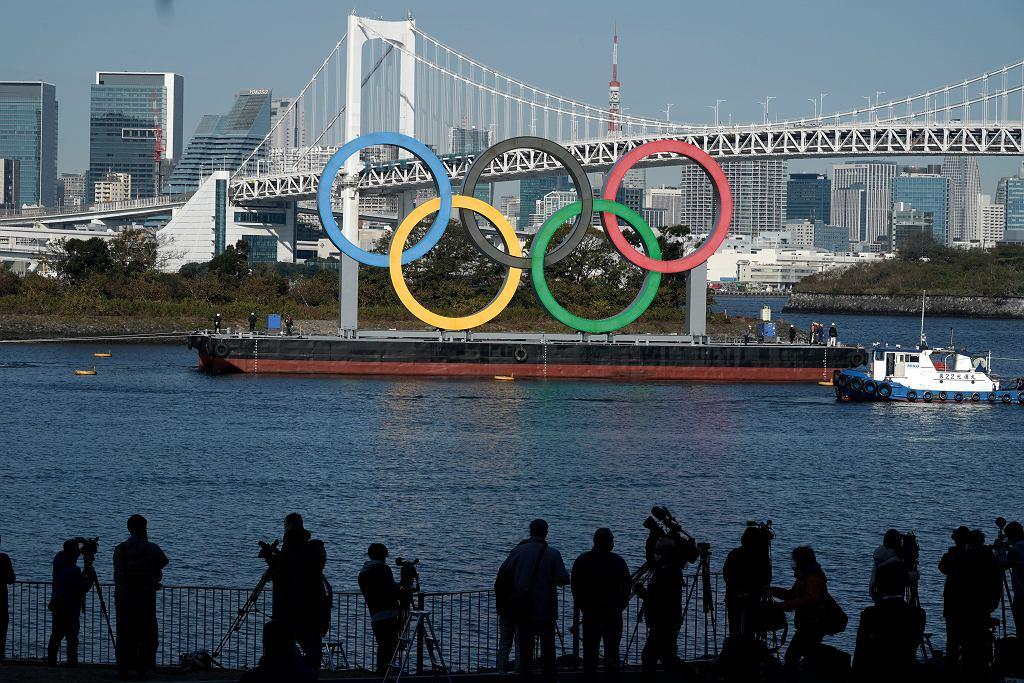 Symbol igrzysk olimpijskich na tle Tokio