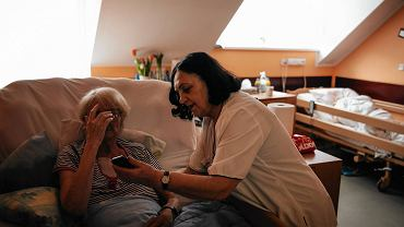 Regina Grenda jest wolontariuszką od momentu powstania Domu Hospicyjnego przy ul. Kopernika w 2003 r. Pracowała w administracji szpitala, dziś jest na emeryturze.