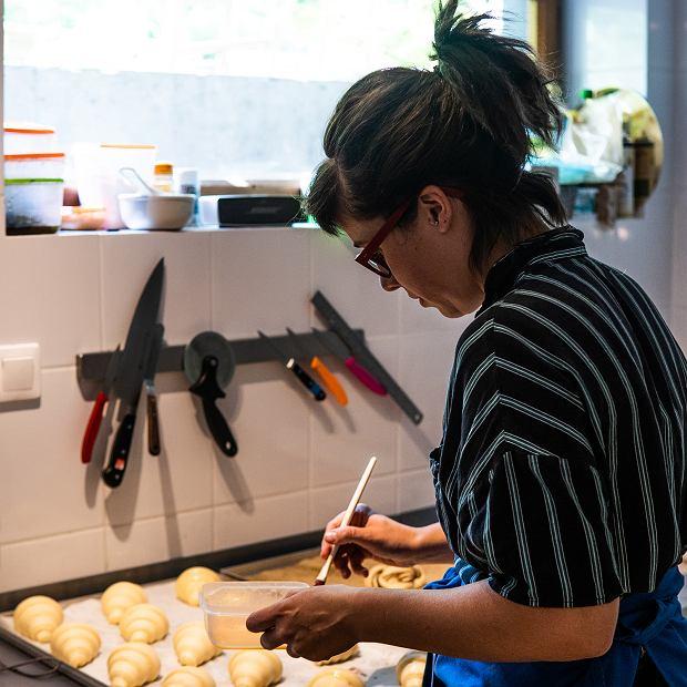 Anna Różalska właścicielka piekarni Montażownia, zawodu cukiernika uczyła się w londyńskiej szkole Cordon Bleu, aumiejętności piekarza zdobyła w angielskiej gastronomi. Jej wypieki znajdziecie w warszawskich kawiarniach