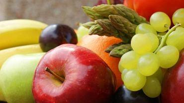 Pełzak żeruje głównie na warzywach i owocach i to właśnie za ich sprawą najczęściej trafia do ludzkiego organizmu