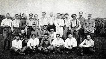 Mierzwin, kwiecień 1915 roku. Drużyny 1 Pułku Artylerii i sztabu I Brygady Legionów  autor: 'Księga pamiątkowa Pogoni Lwów'