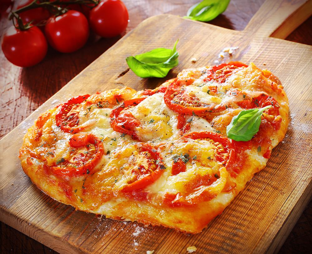 Pizza w kształcie serca. Zdjęcie ilustracyjne