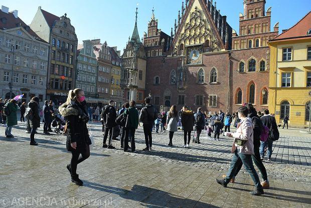Zdjęcie numer 13 w galerii - Piękna pogoda wyciągnęła wrocławian z domów. Dużo spacerowiczów w Rynku i na bulwarach [ZDJĘCIA]