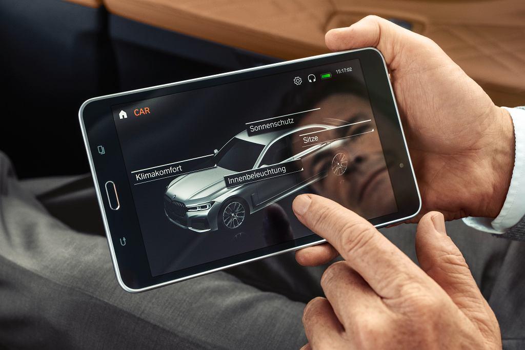 Z tyłu centrum dowodzenia autem - wyjmowany tablet