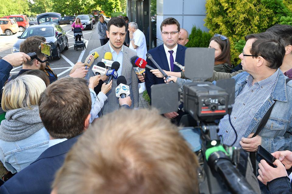 Konferencja prasowa prawników kardynała Henryka Gulbinowicza. Na zdjęciu mecenasi Mateusz Chlebowski  i Łukasz Śliwa