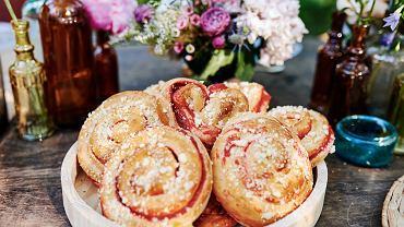 Drożdżowe bułeczki - zawijasy z truskawkami
