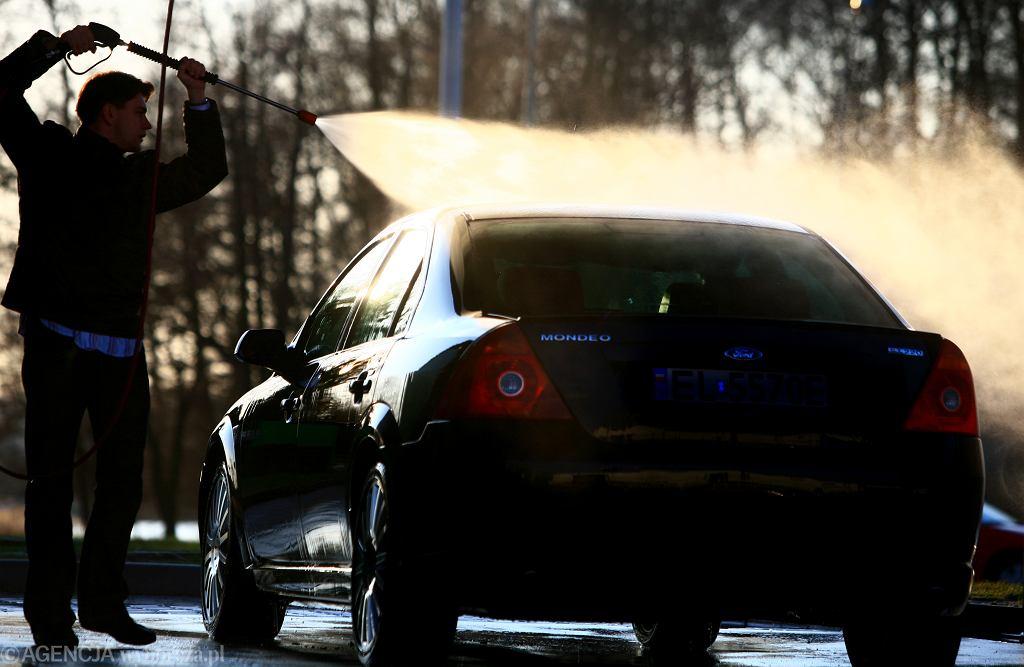 Czy można myć samochód przed domem? - Zdjęcie ilustracyjne