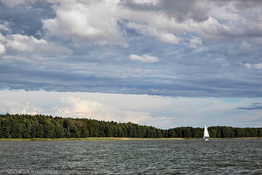 Jezioro na Mazurach, zdjęcie ilustracyjne.