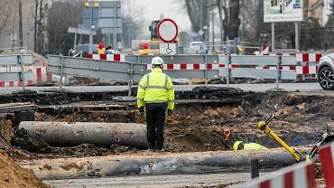 Plany rządu PiS. Drastycznie mniejsze odprawy dla zwalnianych. Większa płaca minimalna. Na zdjęciu: robotnik podczas prac drogowych w Opolu, 12 stycznia 2018