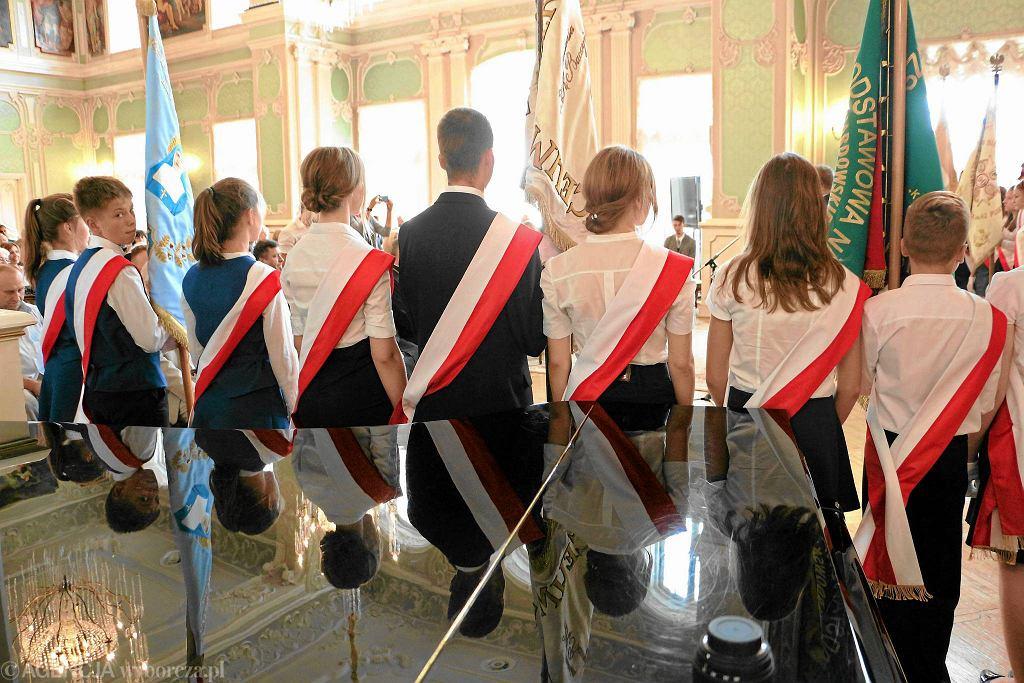 Szkoły wystawiają poczty sztandarowe w czasie uroczystości państwowych i szkolnych. W Małopolsce jest nacisk na 17 września, 11 listopada, 1 marca i 3 maja