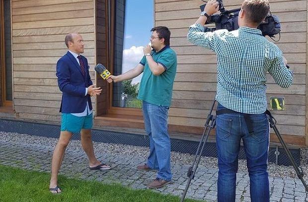 Borys Budka podczas udzielania wywiadu do telewizji