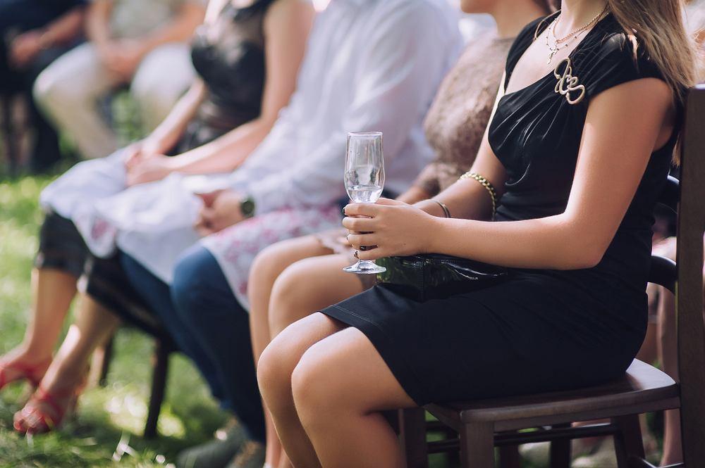 Czarna sukienka na wesele. Zdjęcie ilustracyjne