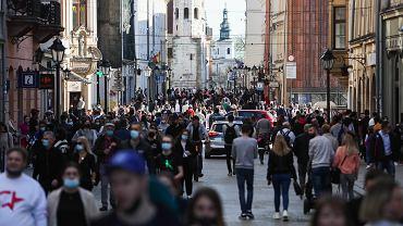 Tłumy przechodniów na ulicy Grodzkiej w Krakowie