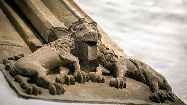 Rzeźba lwa z podwójnym tułowiem w kościele w Jemielnicy