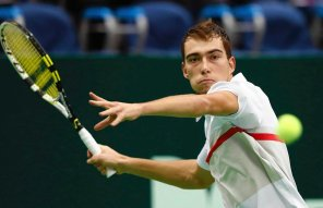 Poland's Jerzy Janowicz hits a return against Brazil's Thomaz Bellucci during their Kremlin Cup tennis match in Moscow October 19, 2012. REUTERS/Grigory Dukor (RUSSIA - Tags: SPORT TENNIS)SLOWA KLUCZOWE::rel:d:bm:GF2E8AJ1DKJ01