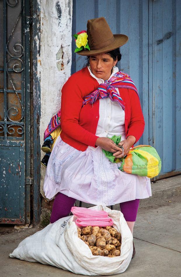 Kapelusze i kolorowe tkaniny to codzienny strój mieszkańców górzystego interioru.