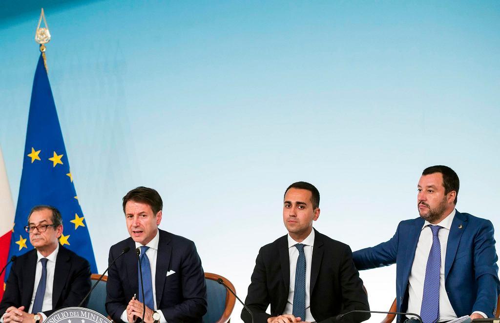 Minister gospodarki Giovanni Tria, premier Giuseppe Conte, wicepremier Luigi Di Maio i wicepremier Matteo Salvini na konferencji prasowej w Rzymie, 3.10.2018