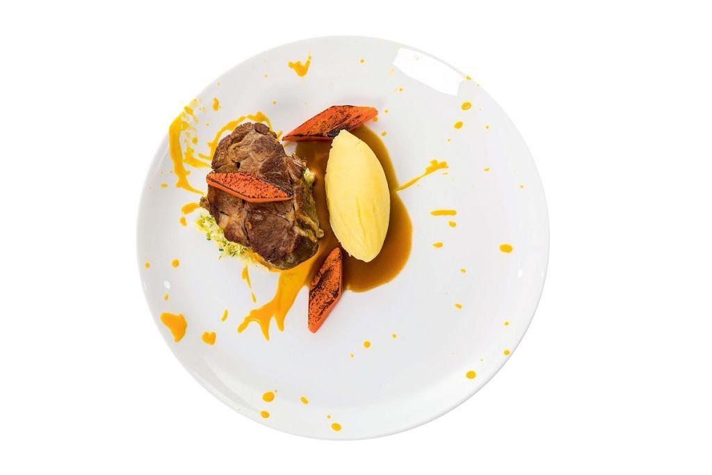 Karkówka z purée ziemniaczanym z chrzanem, musem z marchwi i kremową kapustą włoską