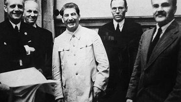 Moskwa, 23 sierpnia 1939 r., podpisanie układu o nieagresji pomiędzy ZSRR i III Rzeszą. Z lewej Joachim von Ribbentrop, minister spraw zagranicznych Niemiec, z prawej - szef sowieckiej dyplomacji Wiaczesław Mołotow, w środku Józef Stalin, a na prawo od niego Gustav Hilger, tłumacz niemieckiej ambasady