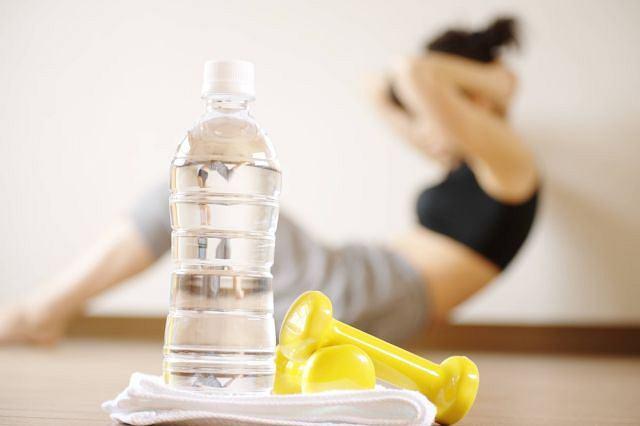 Ćwiczysz? Zwróć uwagę, ile, co i jak pijesz - przekonują dietetycy