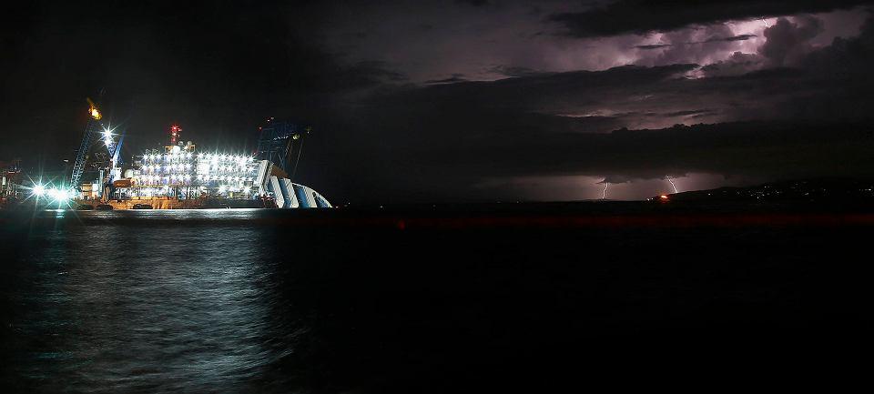Eksperci są zgodni, że to operacja bez precedensu w historii morskich akcji ratunkowych. BBC przypomina, że jeszcze nigdy nie próbowano podnieść do pionu statku takiej wielkości, leżącego tak blisko lądu. Costa Concordia waży 114 tys. ton, ma 300 metrów długości i 70 metrów wysokości i ważącego 114 tys. ton. Na zdjęciu: wczorajsza burza w pobliżu wraku Costa Concordii