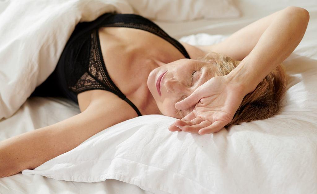 Jak szybciej zasnąć i lepiej spać w upały? Kilka cennych trików