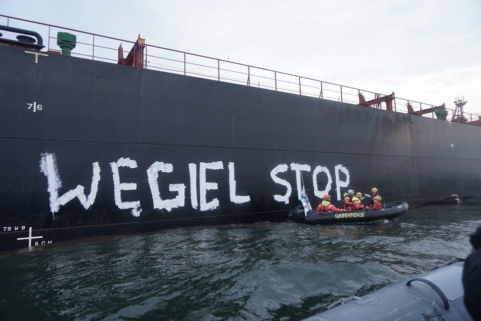 Aktywiści i aktywistki Greenpeace blokują statek z węglem zmierzający do portu w Gdańsku, 9.09.2019