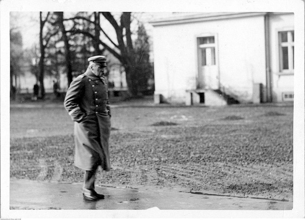 Józef Piłsudski podczas spaceru na dziedzińcu przed Belwederem w 1930 roku (fot. NAC, Sygnatura: 1-A-28)