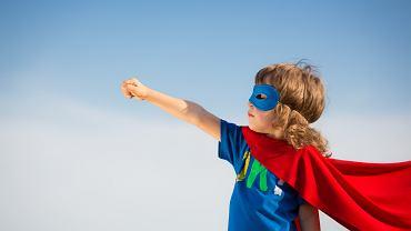 W wychowywaniu dziecka należy zachować balans między osobistym dystansem a zaangażowaniem.