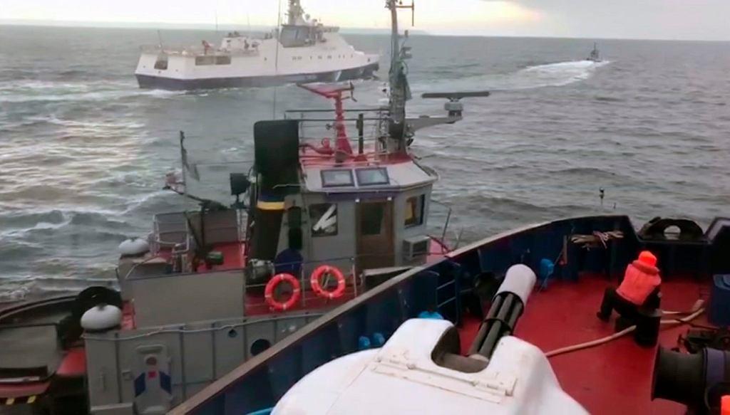 Kadr z filmu nagranego z rosyjskiej jednostki straży przybrzeżnej, która staranowała ukraiński holownik w Cieśninie Kerczeńskiej 25 listopada 2018 r.