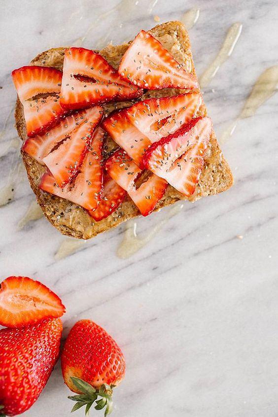 Tosty z masłem orzechowym i truskawkami to świetny pomysł na śniadanie lub podwieczorek.