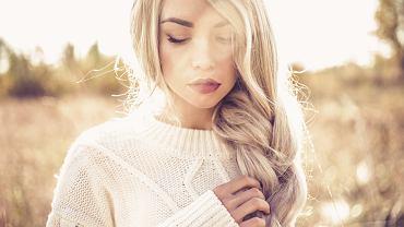 Luźne upięcia - sposób na lekkie fryzury na każdą okazję. Zdjęcie ilustracyjne