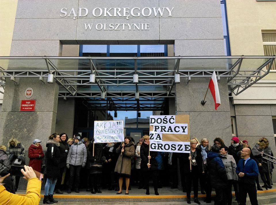 Kolejny dzień protestu pracowników administracji sądowej w Olsztynie
