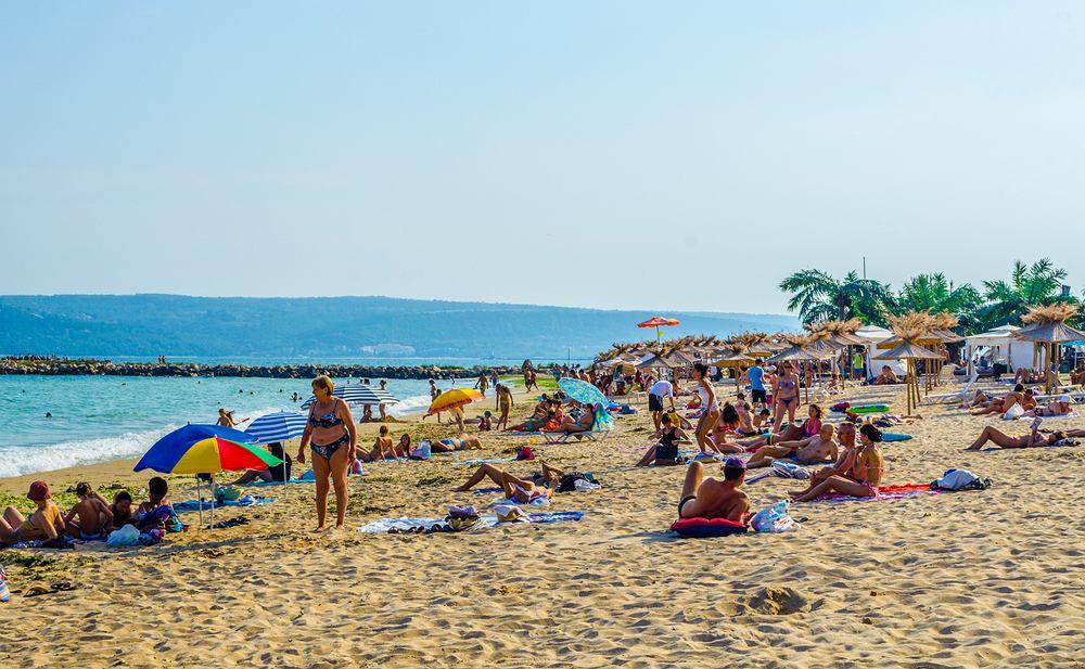 Turyści na plaży w Warnie w Bułgarii