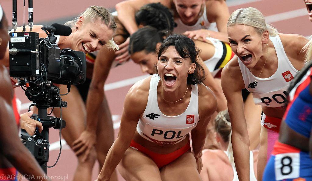Polska sztafeta 4 x 400 m po biegu eliminacyjnym w Tokio. W środku Anna Kiełbasińska, z lewej Iga Baumgart-Witan, z prawej Justyna Święty-Ersetic