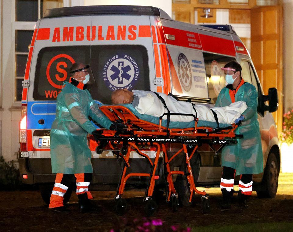 15.10.2020, Józefów, Roman Giertych zabierany karetką do szpitala.