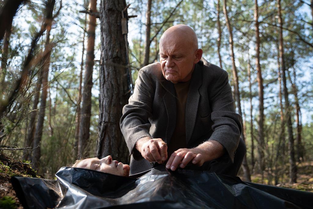 Kadr z serialu 'W głębi lasu'. Adam Ferency jako policjant nadzorujący śledztwo sprawie wydarzeń na letnim obozie w 1994 r.