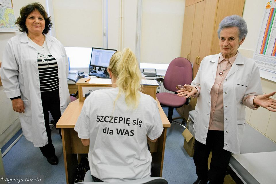 Punkt Szczepień Wojewódzkiej Stacji Sanitarno-Epidemiologicznej. Grupa lekarzy z Wielkopolskiej Izby Lekarskiej publicznie szczepi się przeciwko błonicy, tężcowi, krztuścowi i polio