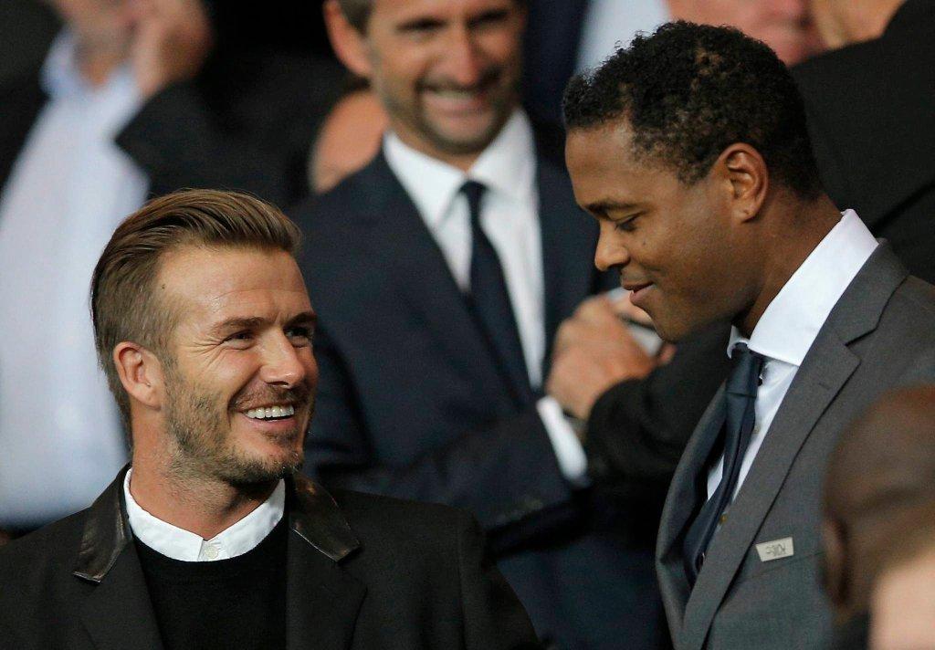 Patrick Kluivert (z prawej) oraz David Beckham na ostatnim meczu Barcelony z PSG