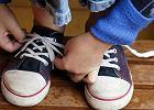 Nigdy nie zawiązałbyś butów w ten sposób. Ten sprytny 5-latek znalazł swoją metodę [WIDEO]