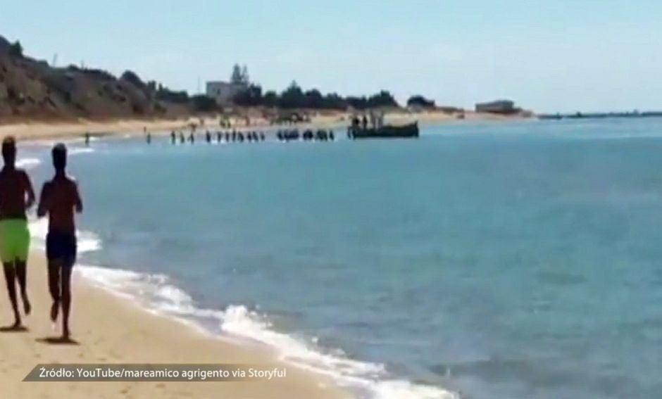 'Desant' migrantów na plażę na Sycylii