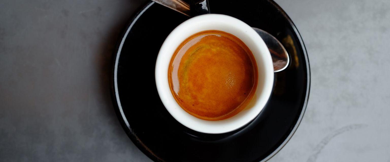 Prawdziwe włoskie espresso z kremową pianką (Fot. Shutterstock.com)
