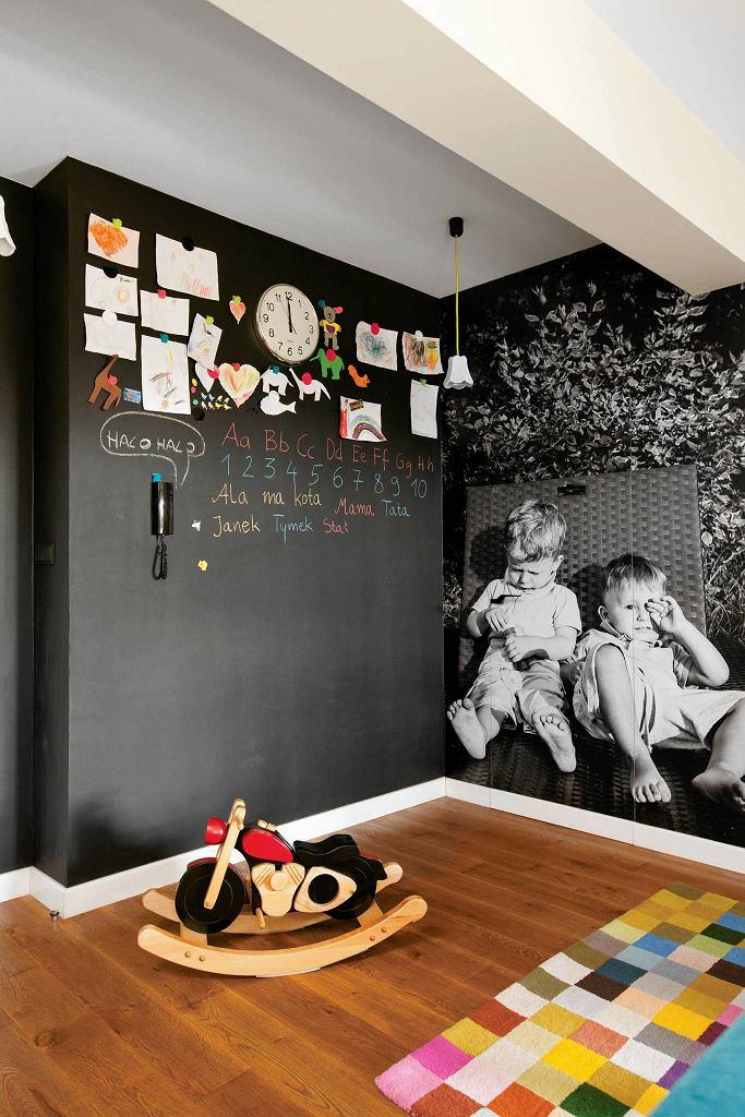 FARBA TABLICOWA. Zamiast zwykłą farbą ściany można pokryć farbą tablicowo-magnetyczną. Można po takiej ścianie rysować kredą i przypinać do niej na magnesach zdjęcia, pocztówki, ilustracje itp. Stwarza to niewyczerpaną liczbę aranżacyjnych możliwości.